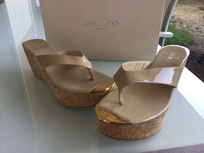 JIMMY CHOO patent leather flip flops, beige, size 40.