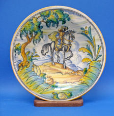 Italian majolica dish in the style of Deruta and Faënza, vintage production, signed.