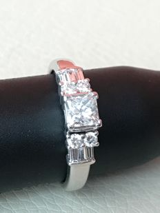 Ring with diamonds, total carat weight: 1.8 ct