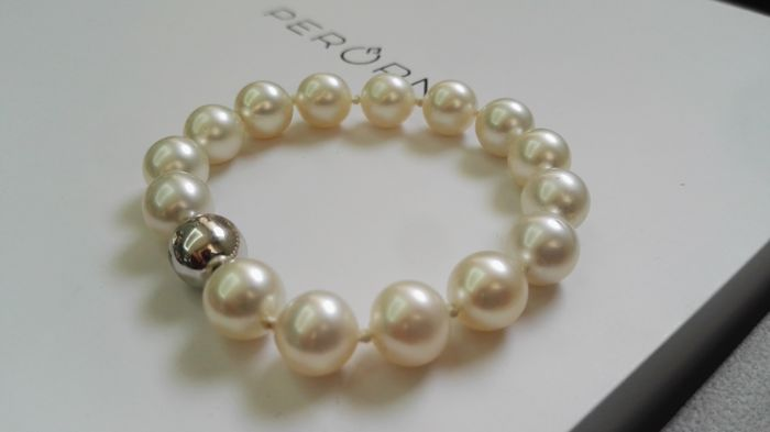 Bracelet made of Australian pearls of 10-11 mm, white gold clasp and brilliants (0.05 ct)