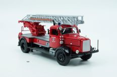 Road Signature - 1/24 Scale - Mercedes-Benz 4500F Ingelstadt Firetruck 1942 - Red