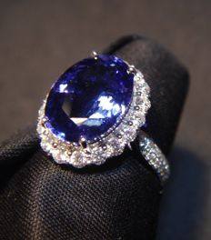 18 kt white gold ring with Diamonds and Tanzanite 4.60 ct - Ring Size - 17.75 mm inside diameter.