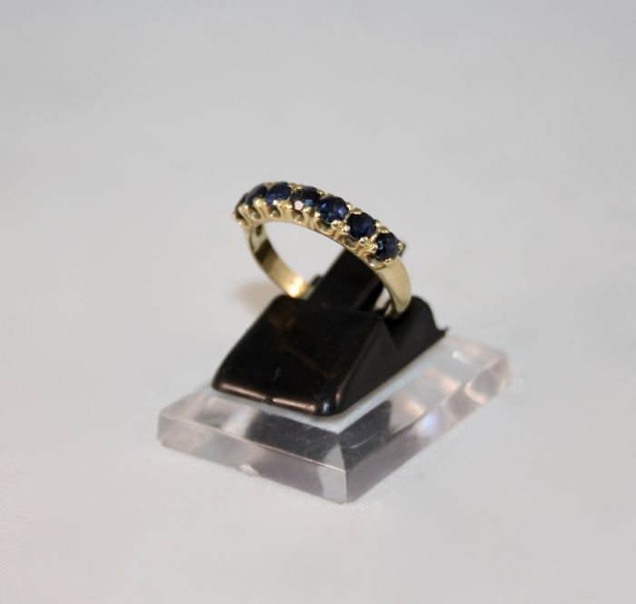 18 kt gold riviere ring with 7 blue sapphires - Size: 13