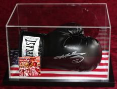 """Sugar"" Ray Leonard autographed boxing glove in a display case + Certificate of Authenticity PSA"