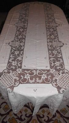 Elegant tablecloth in pure linen and Burano lace, from the 1950's - 60's Burano.
