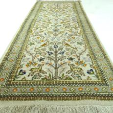 Tabriz Tabatabai - 191 x 77 cm - 'Oriental carpet with detailed animals in beautiful condition' - With certificate.