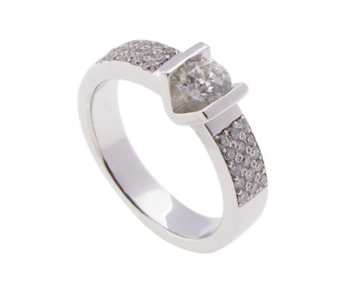White gold ring with brilliant cut diamonds