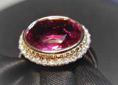 18 kt gold ring with Diamonds and Rubellite tourmaline 4.39 ct - Ring Size - 17.5 mm inside diameter.