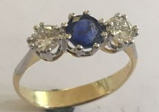 Gold ring with platinum settings, 2x diamonds and 1x sapphire