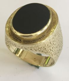 14kt Gold ring with onyx stone oval - Size 64
