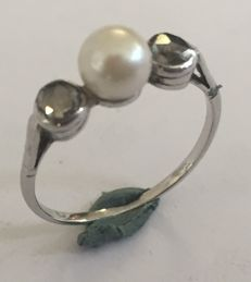 White gold ring with 2 rose diamonds and a cultured akoya pearl