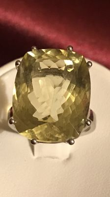 Women's ring with citrine