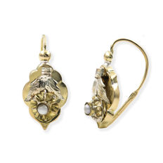 18 kt (750/1,000) yellow gold earrings with cultured pearl, earring height:.  21.70 mm (approx.).