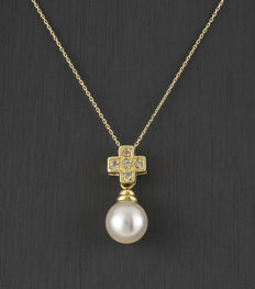 Yellow gold (750) – Necklace with pendant (42 cm, approx.) – Akoya pearl: 8.50 mm in diameter.