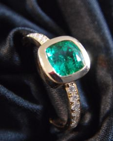 18 kt gold ring with Diamonds and emerald  - Ring Size - 17.5 mm inside diameter.