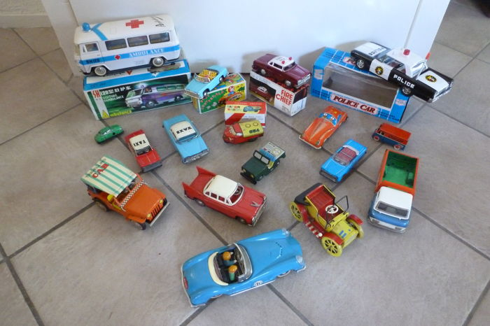 China / Germany / Korea - several dimensions - lot with 17 tin cars, 1970s/80s