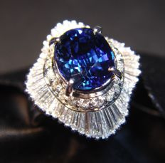 Platinum ring set with Diamonds and Blue Sapphire 2.29 ct - Ring Size - 16.50 mm inside diameter.