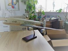 Airbus A380-800 Etihad Airways 1/100 old colour livery.