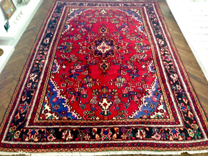 Hand-knotted exclusive Persian Oriental rug.294 x 207 cm. Hamadan Iran Persia 20th century in new condition.
