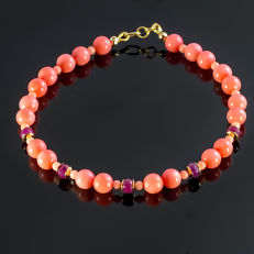 Pink coral bracelet with Rubies about 4.9 carat total weight   – Length 21.5 cm, 18kt/750 yellow gold clasp