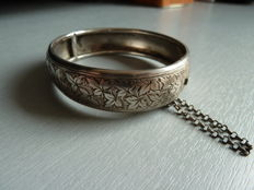 Very lovely bracelet in hallmarked solid silver made and chiselled by hand, with safety chain, France, circa 1850/1870