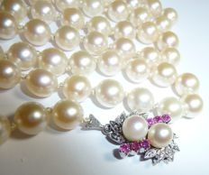Very fine vintage pearl necklace with 18 kt / 750 white gold clasp salt water Akoya pearls with 7 to 7.5 mm