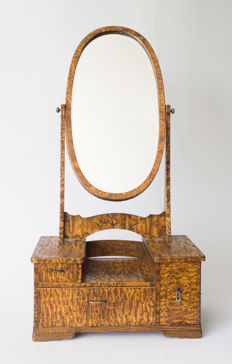 A very beautiful kyōdai. With 3 drawers and an oval mirror. Finished with mulberry veneer - Japan - approx. 1920 (Taisho period)