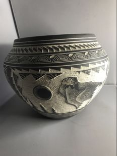 Unique Navajo ceramic pot (One-off-pieces) - decorated with an eagle - handicraft by a Navajo master