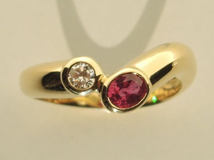 18kt gold contrariè ring with brilliant (0,12 cts) and ruby (0,42 cts) – size 541/2