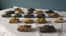 Collectie van 18 model tanks - 75 tot 150 mm