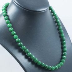 Necklace with faceted emeralds and clasp in 18 kt gold – 48 cm