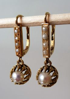 Very pretty sleeper earrings in 18kt marked gold set with fine pearls
