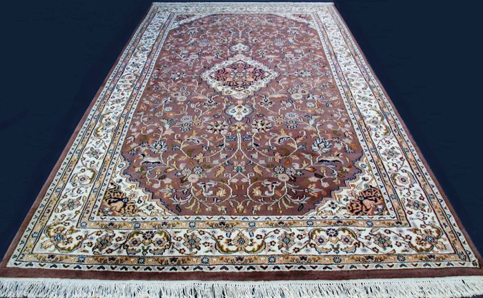 Gorgeous unique Keshan rug, Lachek Torange Floral, 320 x 202 cm, excellent condition, with certificate