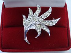 Vintage 1960s - unsigned D'Orlan - silver tone Rhodium plated leaf Brooch with clear Diamante