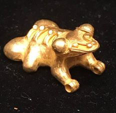 Tumbaga Gold , zoomorphic artifact  , Colombia , Tairona Culture ,   35 x 25 x 18 mm , 13,8  grams, A pendant of a jaguar