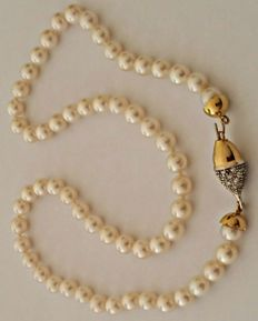 Pearl necklace — 18 kt yellow gold and diamonds (approx. 0.50 ct) — Length: 49 cm