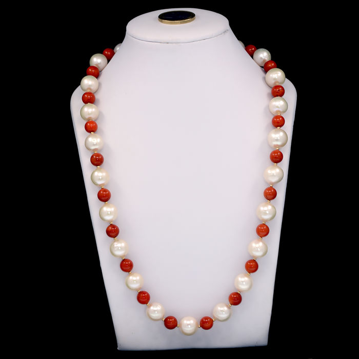 18k/750 yellow gold necklace with coral and South Sea pearls - Length 54 cm.