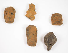 Collection of five Mexican pre-Columbian ceramic heads - 65 / 55 / 55 / 40 / 60 mm