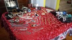 Huge collection of vintage and non vintage jewellery, about 300 objects, weight: 7.5 kg ca, gold, silver, amber, coral ...