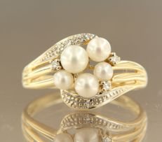 18 kt yellow gold ring set with octagon cut diamonds, in total approx. 0.03 carat and 5 cultured freshwater pearls. Ring size 17 (53)