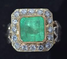 18 kt yellow gold Ring - Emerald carats 5,25 - Diamonds cut brilliant carats 0,58