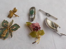 Bundle of brooches, violet jade brooch, Boucher, silver pin with topaz
