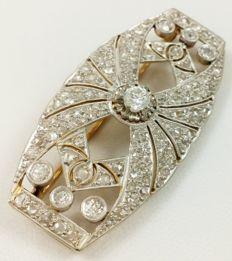 Brooch in platinum and 18 kt (750/1000) rose gold with 131 diamonds of 2 ct (approx.) in total. Year 1910