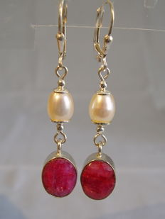 Earrings with natural rubies weighing a total of 4 ct and white cultivated pearls