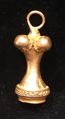 A curious, Tumbaga Gold , artifact ,  A model from the Tairona Culture ,  33 x 14 x 14 mm , 13,5  grams, A beautiful pendant of a indian native poporo
