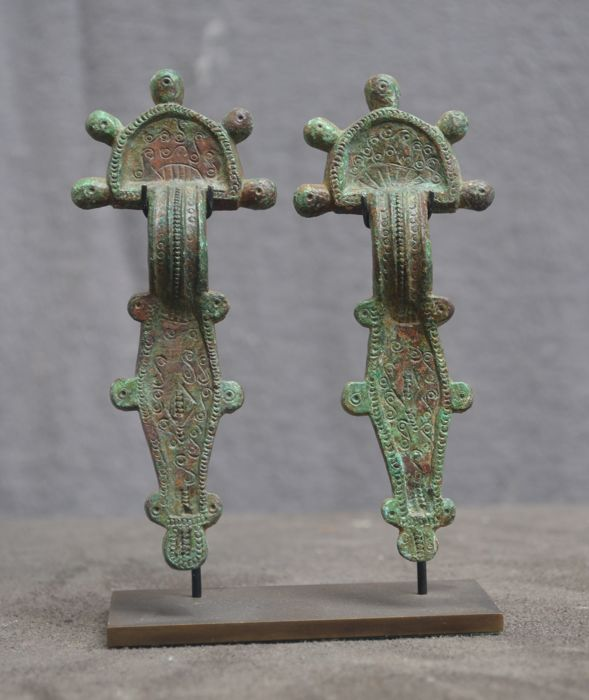 A pair of fibula adorned with an ornamental decor - 10.4 cm