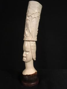 Tusk carved in antique ivory depicting a village scene - Colonial heritage - Kasai - D.R. Congo.