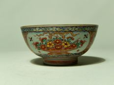 Eclectic Amsterdam bowl with flower basket – China – 18th century