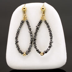 18k/750 yellow gold long earrings with raw black diamonds - Length, 42 mm.