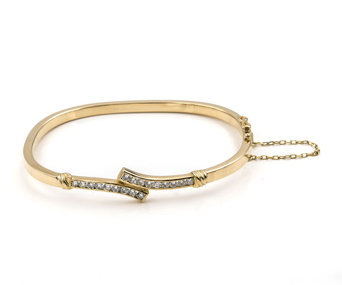 Articulated braceleted made from 18 kt yellow gold with square design and adorned in you and I shape.